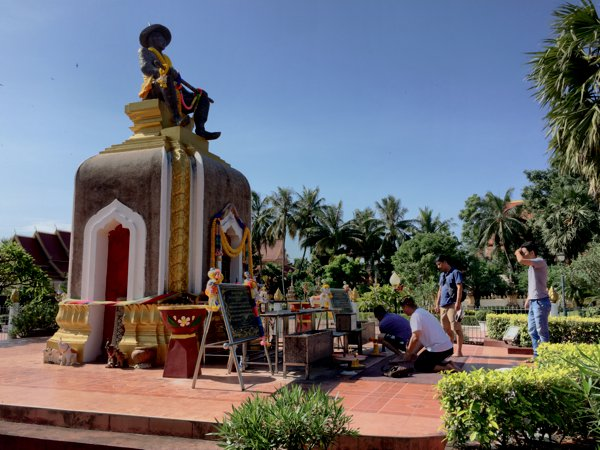 Locals paying respects to the statue of King Sai Setthathirath.