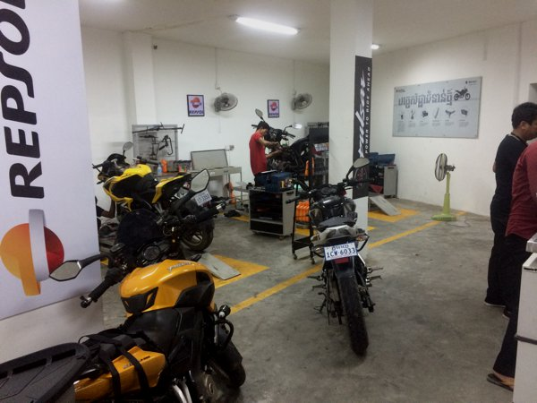 The servicing area of Bajaj Phom Penh. Clean and neat. Very professional indeed!
