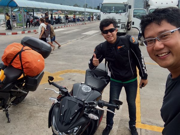 Met a fellow Thai biker with his brand new Kawasaki. He was heading towards Nakhon Si Thammarat with his girlfriend.